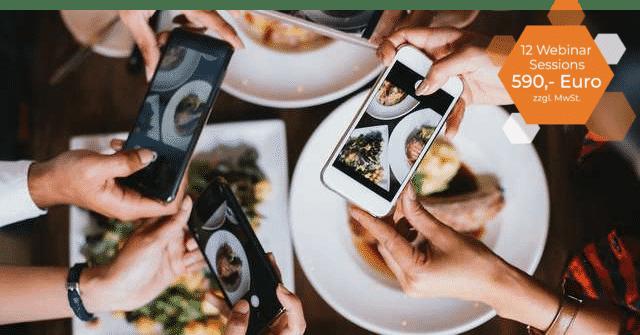 Ein Foto von mehreren Händen die ein Handy halten und Fotos von ihrem Essen machen, rechts ein icon mit Infos zum Webinar.