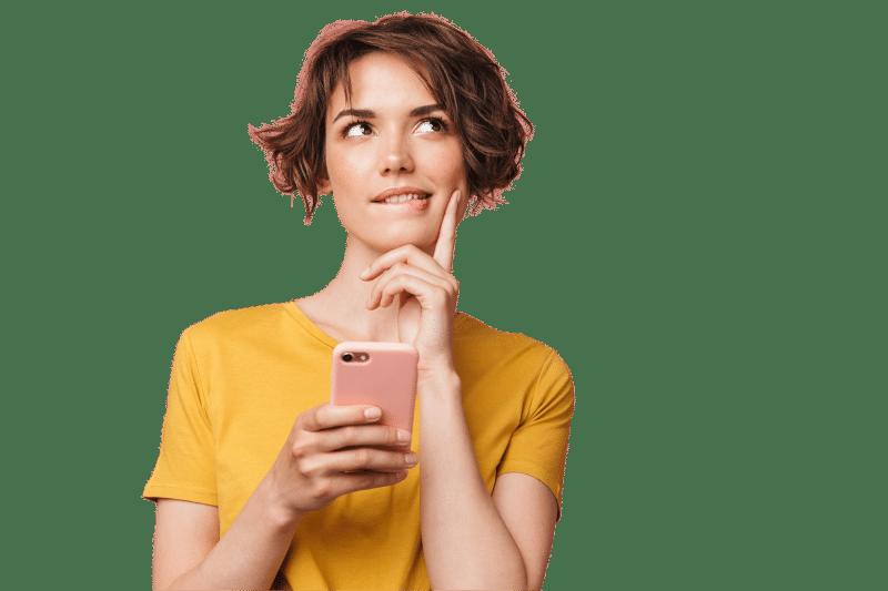 Frau mit Handy in der Hand schaut nach oben